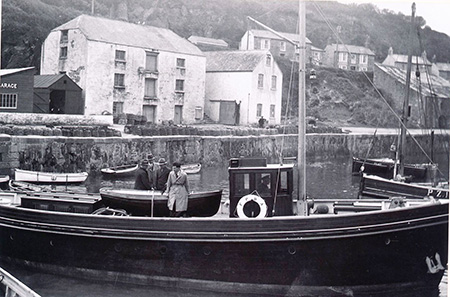 A photo of Porthleven harbour in 1937. The Warehouse can be seen in the background.