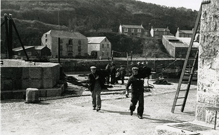 Salt being unloaded from boats and carried into the Salt Cellar
