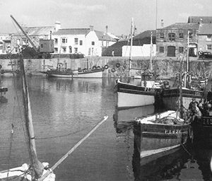 The crane stood on the harbour from 1907-1959 and can be seen clearly in this image.